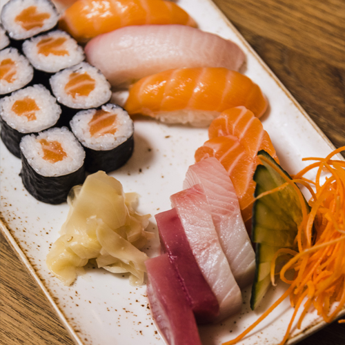Combinado de sushi y sashimi (1)